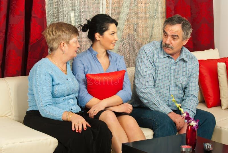 οικογένεια συνομιλίας που έχει το σπίτι στοκ φωτογραφία με δικαίωμα ελεύθερης χρήσης