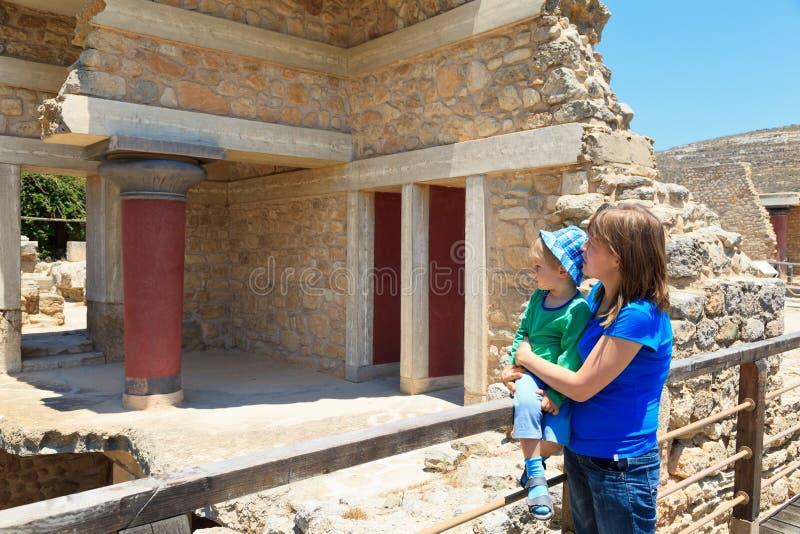 Οικογένεια τουριστών στο παλάτι knossos στοκ φωτογραφίες