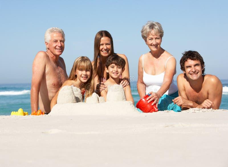 Οικογένεια τριών γενεάς που χτίζει Sandcastles στοκ φωτογραφία με δικαίωμα ελεύθερης χρήσης