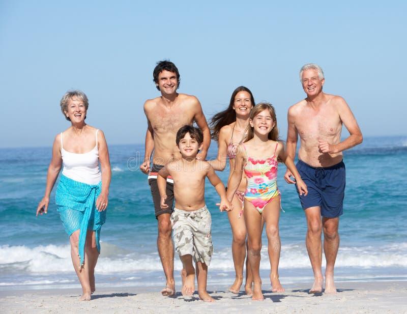 Οικογένεια τριών γενεάς στις διακοπές στην παραλία στοκ φωτογραφία