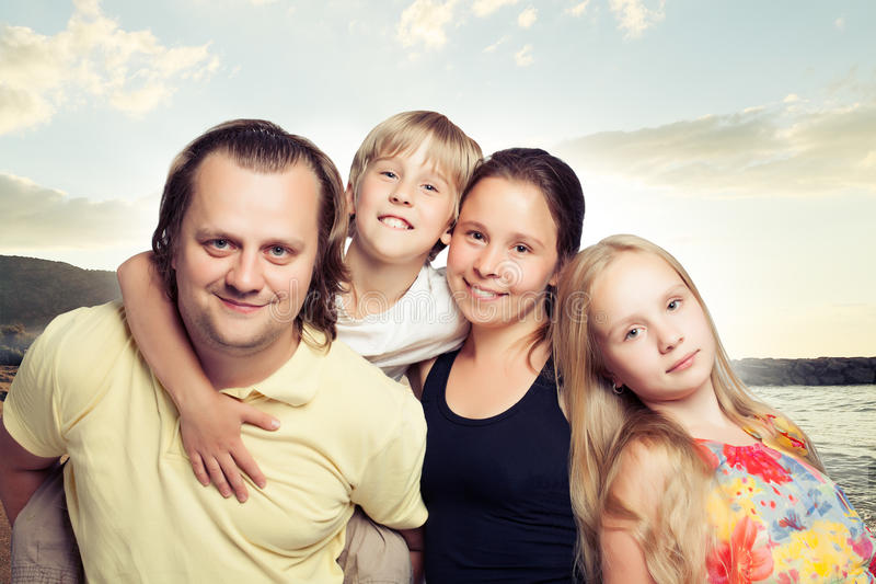 οικογένεια υπαίθρια Παιδιά με τη μητέρα και τον πατέρα στοκ φωτογραφία με δικαίωμα ελεύθερης χρήσης