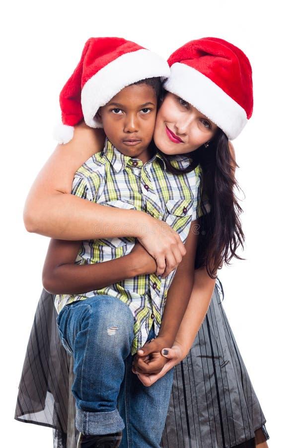 Οικογένεια Χριστουγέννων στο καπέλο Santa στοκ φωτογραφίες