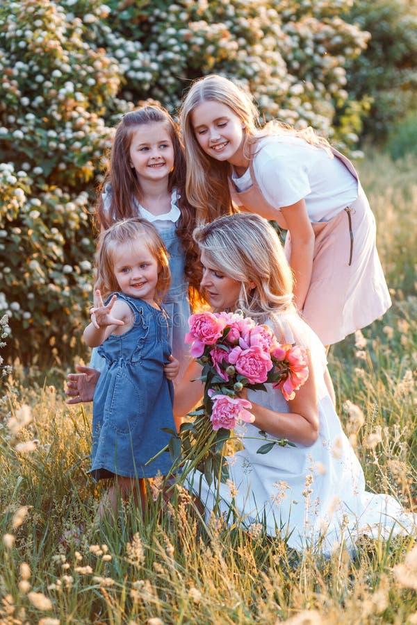 Οικογένεια а μητέρας και τρεις χαριτωμένες κόρες με μικρά Έννοια της ευτυχισμένης μητρότητας στοκ φωτογραφίες