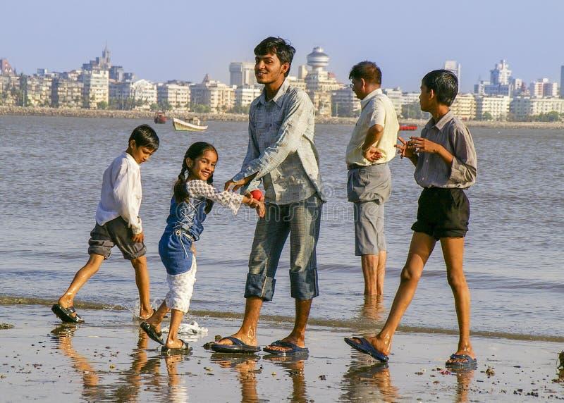 Οικογένεια Mumbai στην παραλία στοκ φωτογραφία
