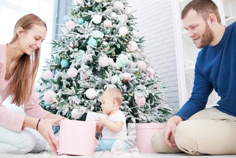 Οικογένεια Parenting Παιχνίδι μητέρων και πατέρων με λίγο νεογέννητο μωρό στοκ εικόνες