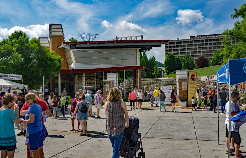 Οικογένειες που απολαμβάνουν το πάρκο Elmwood φεστιβάλ φραουλών στοκ φωτογραφία