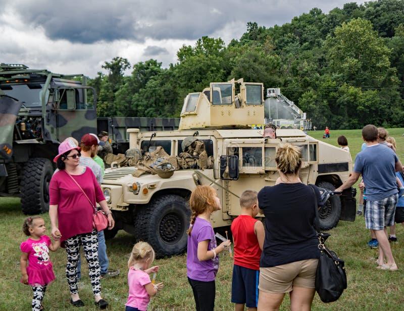 Οικογένειες που απολαμβάνουν το στρατιωτικό υλικό στοκ φωτογραφία με δικαίωμα ελεύθερης χρήσης