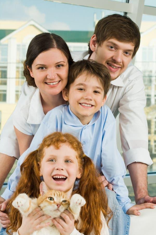 οικογενειακά ευτυχή μέλη στοκ εικόνες