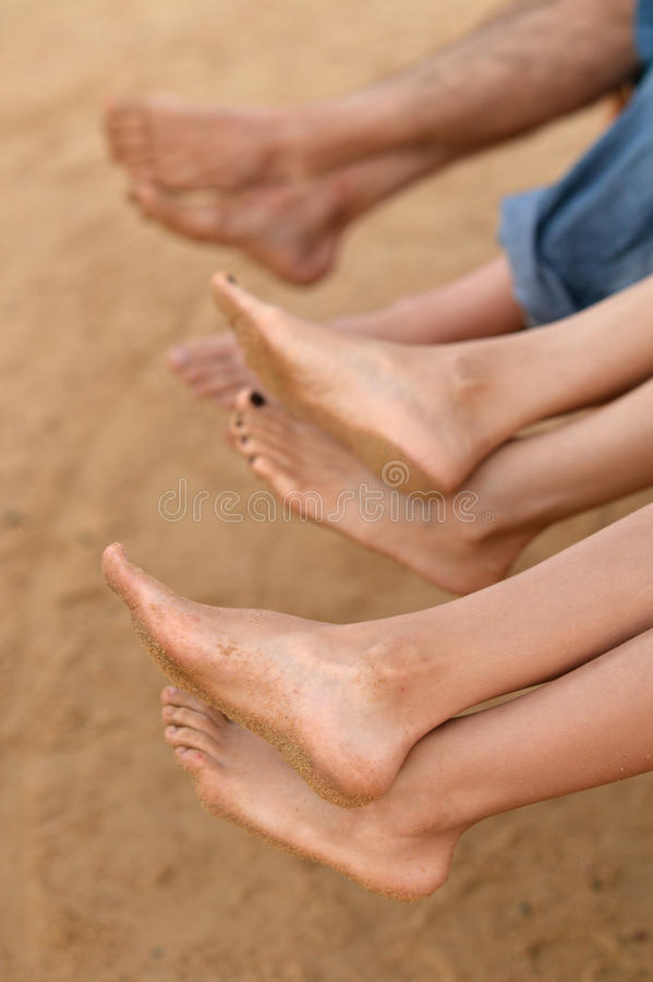 Οικογενειακά πόδια στην παραλία στοκ εικόνες με δικαίωμα ελεύθερης χρήσης