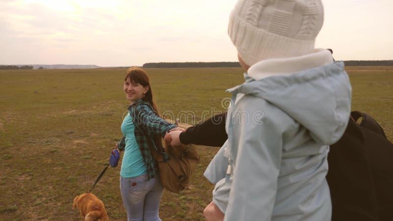Οικογενειακά ταξίδια με το σκυλί στην πεδιάδα ελάτε μετά από με Ο μπαμπάς με μια μικρή κόρη στα όπλα του ταξιδεύει με τα παιδιά κ στοκ φωτογραφία με δικαίωμα ελεύθερης χρήσης