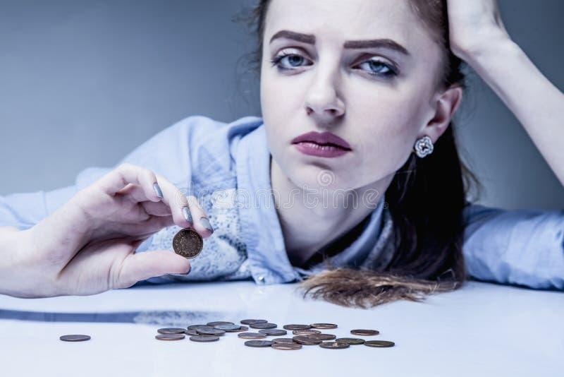 Οικογενειακά χρέη Νεολαίες που ματαιώνονται και απελπισμένος υπολογισμός γυναικών smal στοκ φωτογραφίες