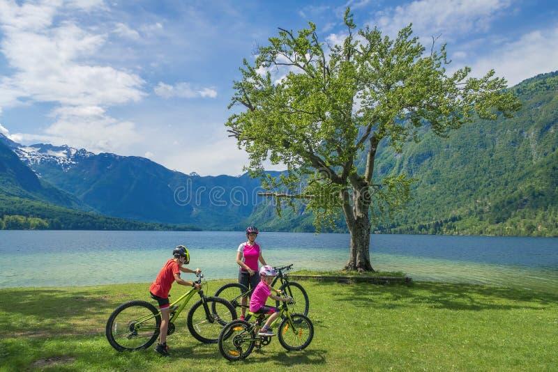 Οικογενειακές ενεργές διακοπές Πράσινος προορισμός στοκ εικόνα με δικαίωμα ελεύθερης χρήσης