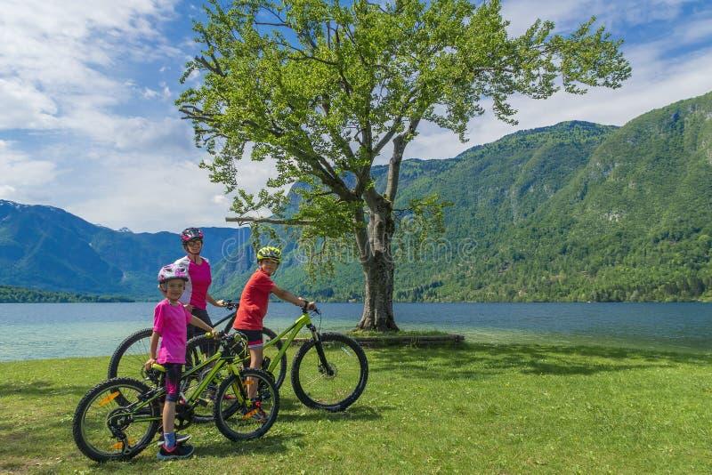 Οικογενειακές ενεργές διακοπές Πράσινος προορισμός στοκ εικόνες με δικαίωμα ελεύθερης χρήσης