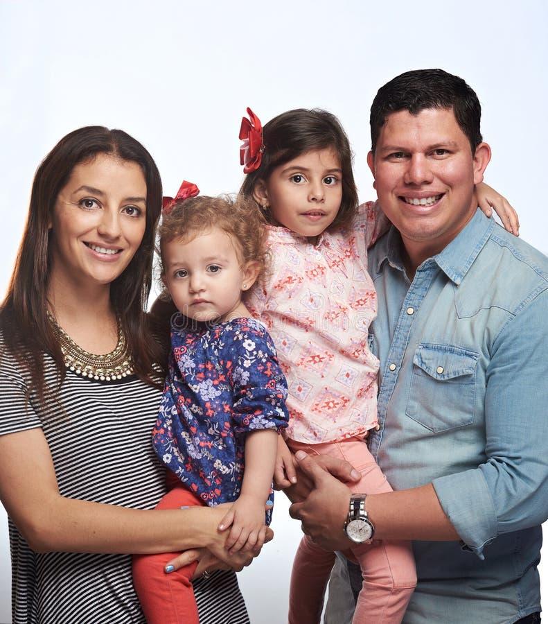 οικογενειακές ευτυχείς χαμογελώντας νεολαίες στοκ εικόνες