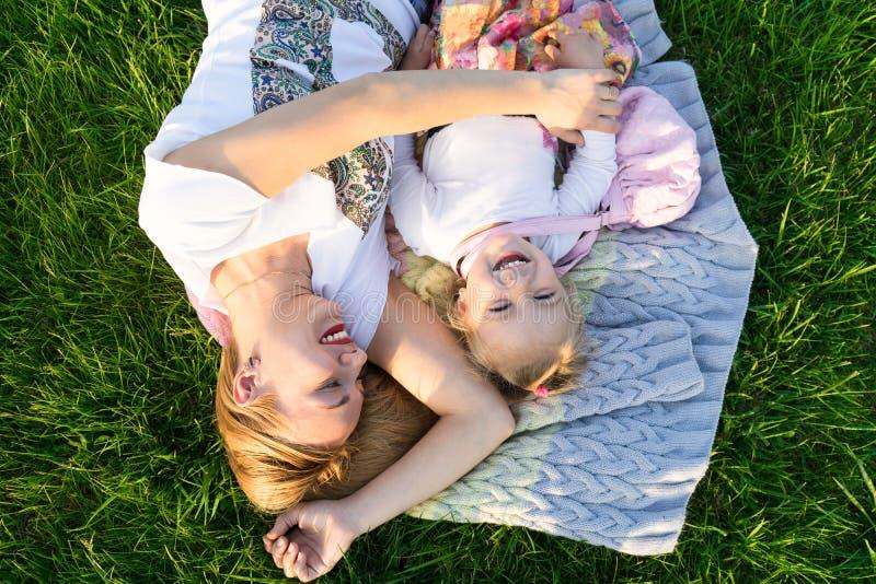 οικογενειακές ευτυχ&ep Μητέρα και κόρη που χαμογελούν στο πάρκο στοκ φωτογραφία