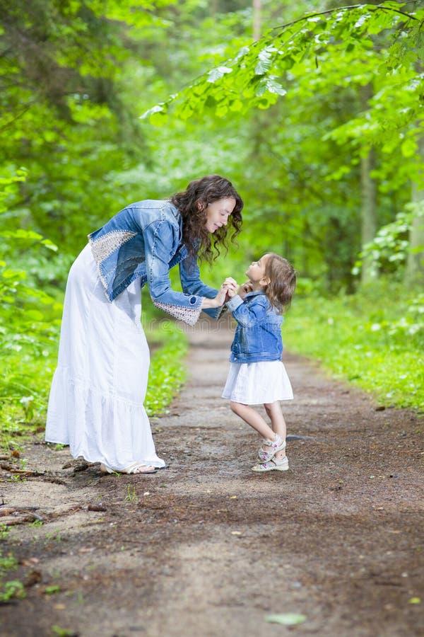 Οικογενειακές ιδέες και έννοιες Ευτυχείς μητέρα και αυτή λίγο καυκάσιο παιδί στοκ φωτογραφίες με δικαίωμα ελεύθερης χρήσης