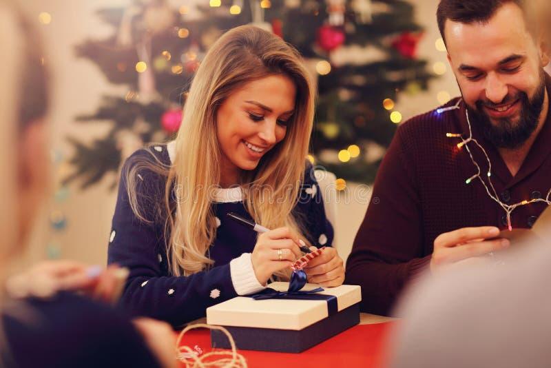 Οικογενειακές προετοιμασίες για τα Χριστούγεννα στοκ εικόνες