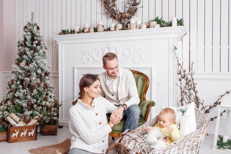 Οικογενειακές Χαρούμενα Χριστούγεννα και καλή χρονιά αγάπης Εύθυμοι όμορφοι άνθρωποι Mom, μπαμπάς και λίγη κόρη Γονείς και στοκ φωτογραφία