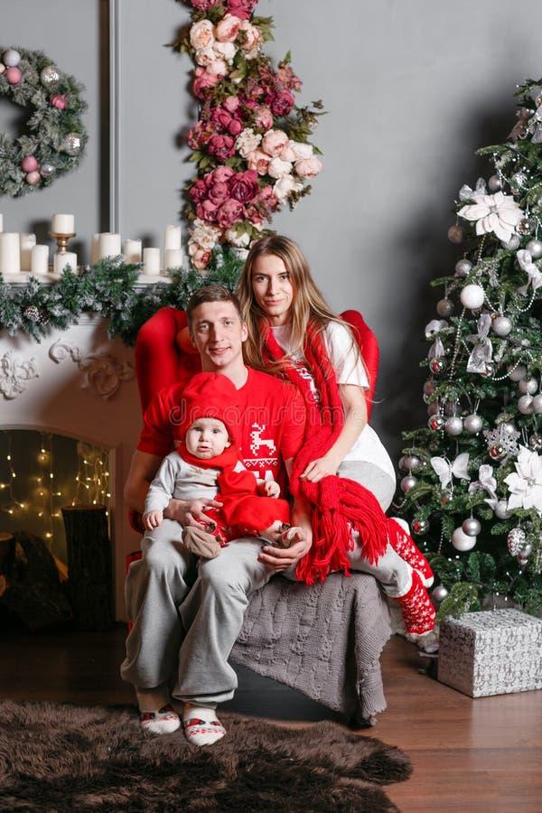 Οικογενειακές Χαρούμενα Χριστούγεννα και καλή χρονιά αγάπης Εύθυμοι όμορφοι άνθρωποι Mom, μπαμπάς και λίγος γιος μωρών Γονείς και στοκ εικόνα με δικαίωμα ελεύθερης χρήσης