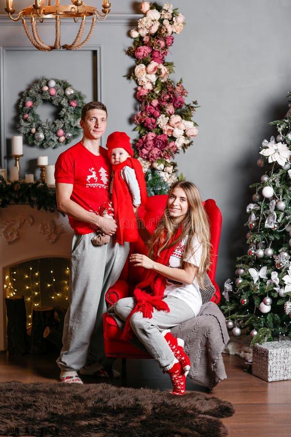 Οικογενειακές Χαρούμενα Χριστούγεννα και καλή χρονιά αγάπης Εύθυμοι όμορφοι άνθρωποι Mom, μπαμπάς και λίγος γιος μωρών Γονείς και στοκ φωτογραφία
