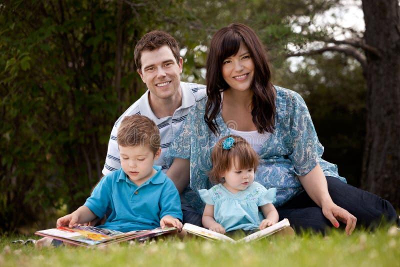 Οικογενειακή ανάγνωση στο πάρκο στοκ φωτογραφία