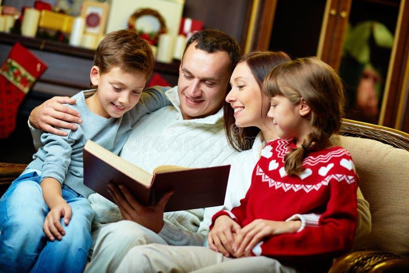 Οικογενειακή ανάγνωση στοκ φωτογραφίες