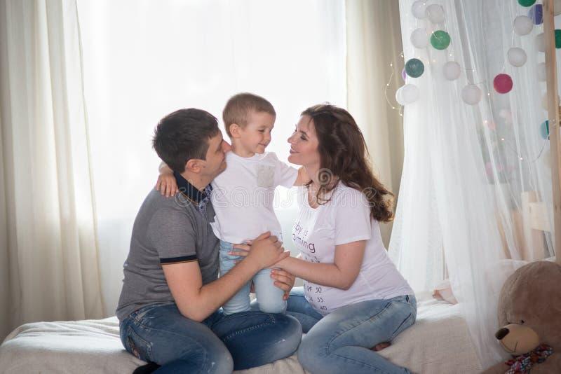 Οικογενειακή ανάπαυση στο σπίτι στοκ εικόνες