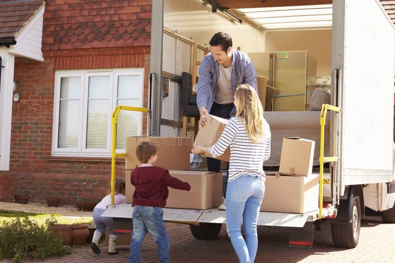 Οικογενειακή ανοίγοντας κίνηση στα κιβώτια από το φορτηγό αφαίρεσης στοκ φωτογραφία με δικαίωμα ελεύθερης χρήσης