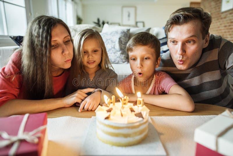 Οικογενειακή γιορτή γενεθλίων στο σπίτι στοκ φωτογραφία με δικαίωμα ελεύθερης χρήσης