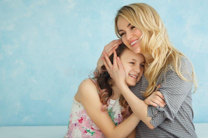 οικογενειακή ευτυχής & Μητέρα και το κορίτσι παιδιών κορών της που παίζουν και που αγκαλιάζουν στοκ φωτογραφία με δικαίωμα ελεύθερης χρήσης