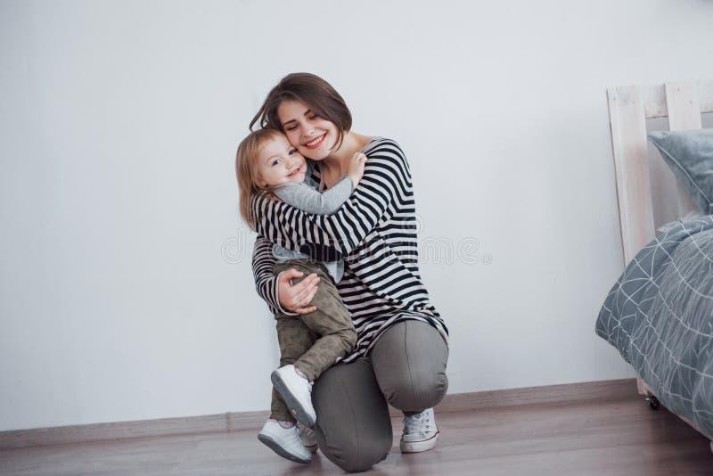 οικογενειακή ευτυχής & Μητέρα και το κορίτσι παιδιών κορών της που παίζουν και που αγκαλιάζουν στοκ φωτογραφία
