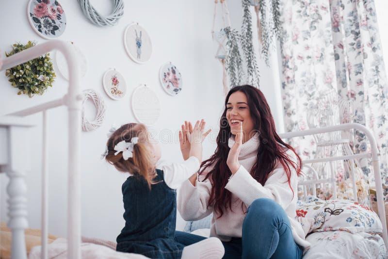 οικογενειακή ευτυχής & Μητέρα και το παιχνίδι κοριτσιών παιδιών κορών της στοκ εικόνα με δικαίωμα ελεύθερης χρήσης