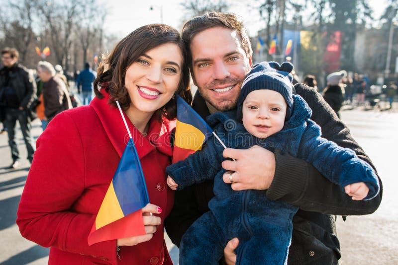οικογενειακή ευτυχής & μητέρα, πατέρας και παιδί στην εθνική ρουμανική ημέρα στοκ φωτογραφία