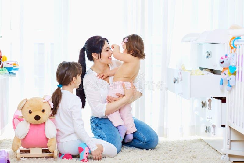 οικογενειακή ευτυχής & παιχνίδι κοριτσιών μητέρων και παιδιών, χαμόγελο στοκ εικόνες με δικαίωμα ελεύθερης χρήσης