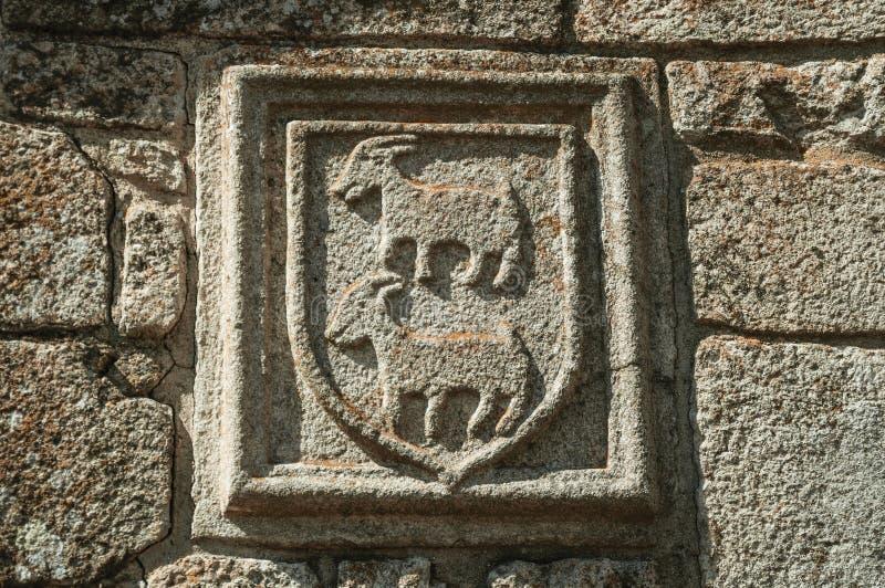 Οικογενειακή κάλυψη των όπλων που χαράζεται στην πέτρα σε ένα μεσαιωνικό παρεκκλησι στοκ φωτογραφία