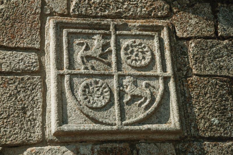 Οικογενειακή κάλυψη των όπλων που χαράζεται στην πέτρα σε ένα μεσαιωνικό παρεκκλησι στοκ εικόνες