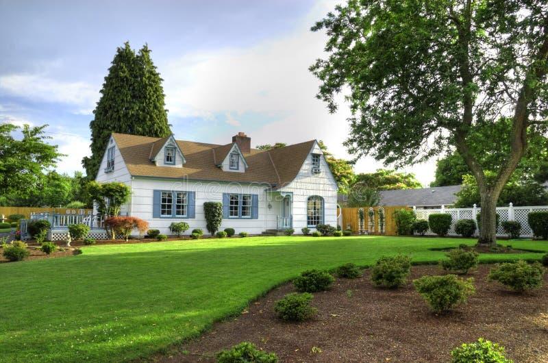 Οικογενειακή κατοικία με το δέντρο στοκ εικόνα με δικαίωμα ελεύθερης χρήσης