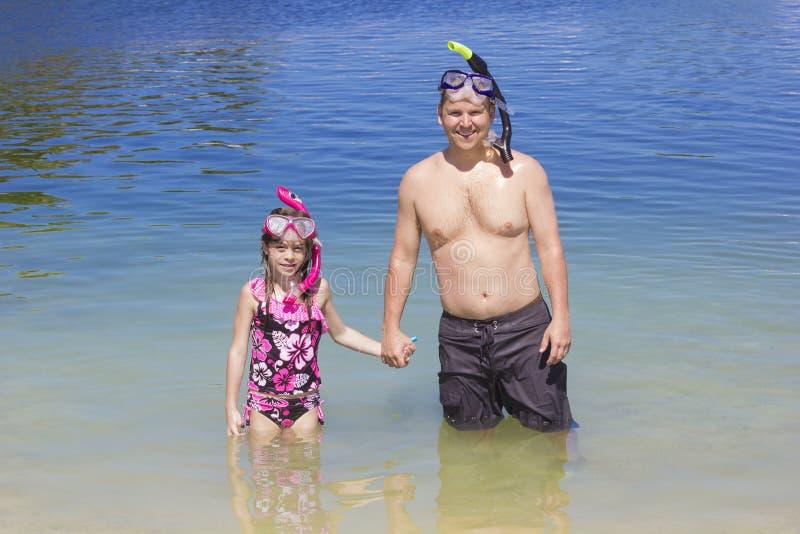 Οικογενειακή μετάβαση που κολυμπά με αναπνευτήρα στην παραλία στις διακοπές στοκ εικόνες με δικαίωμα ελεύθερης χρήσης