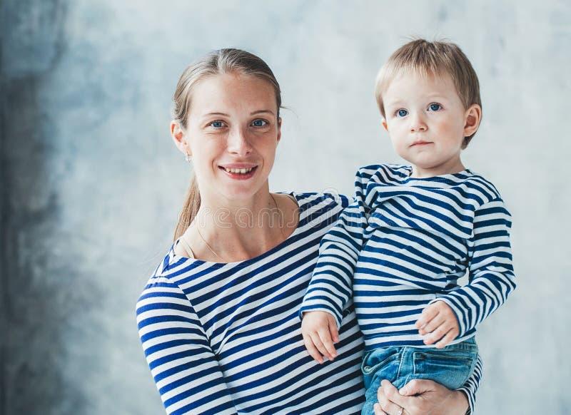 Οικογενειακή μητέρα με τα ριγωτά ενδύματα μόδας αγοριών γιων στοκ εικόνα με δικαίωμα ελεύθερης χρήσης