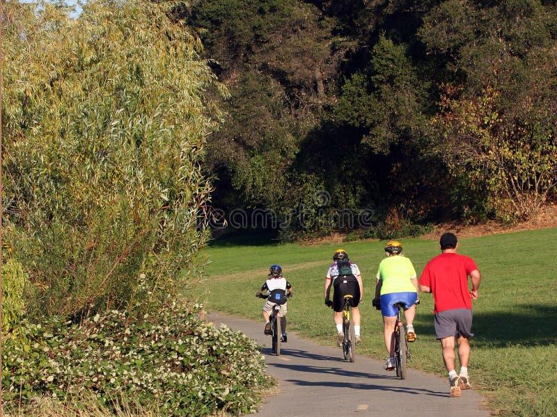οικογενειακή οδήγηση ποδηλάτων στοκ φωτογραφία με δικαίωμα ελεύθερης χρήσης
