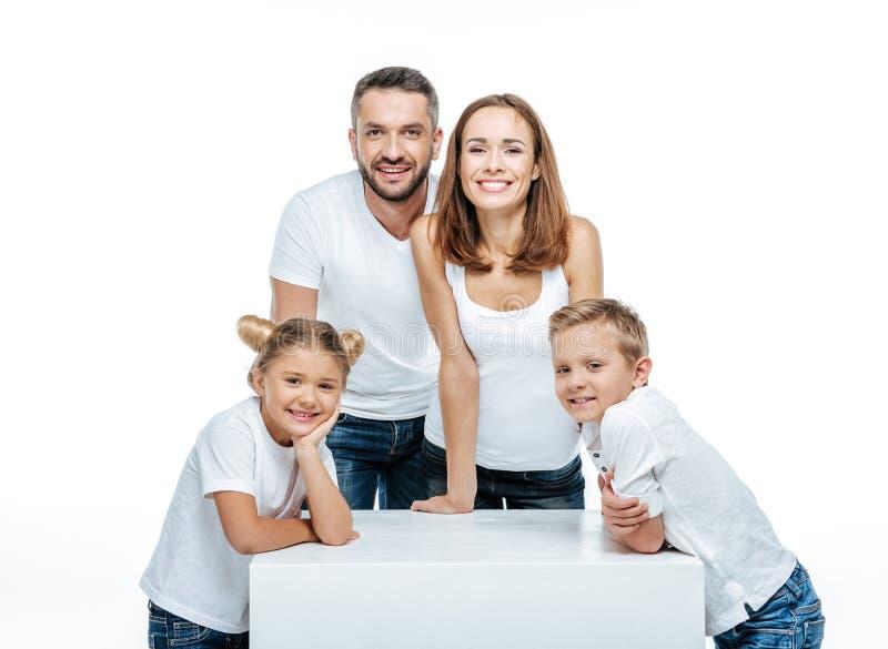 οικογενειακή οικογένεια παιδιών ευτυχής πολλά το χαρτοφυλάκιό μου δύο στοκ εικόνα με δικαίωμα ελεύθερης χρήσης