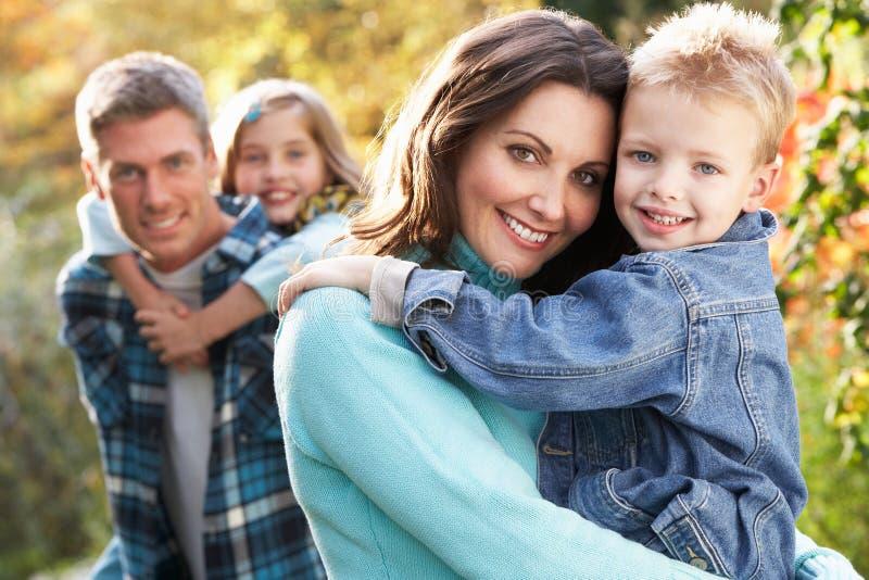 Οικογενειακή ομάδα υπαίθρια στο τοπίο φθινοπώρου στοκ εικόνα