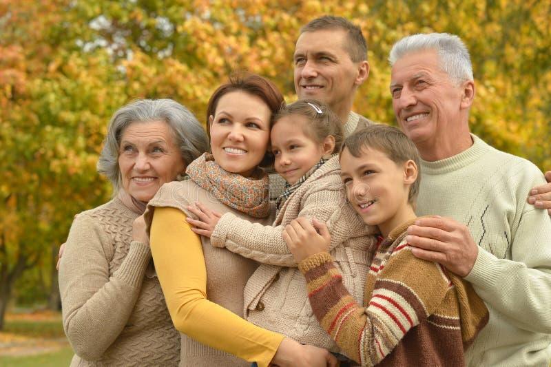 Οικογενειακή χαλάρωση στο πάρκο φθινοπώρου στοκ φωτογραφία με δικαίωμα ελεύθερης χρήσης