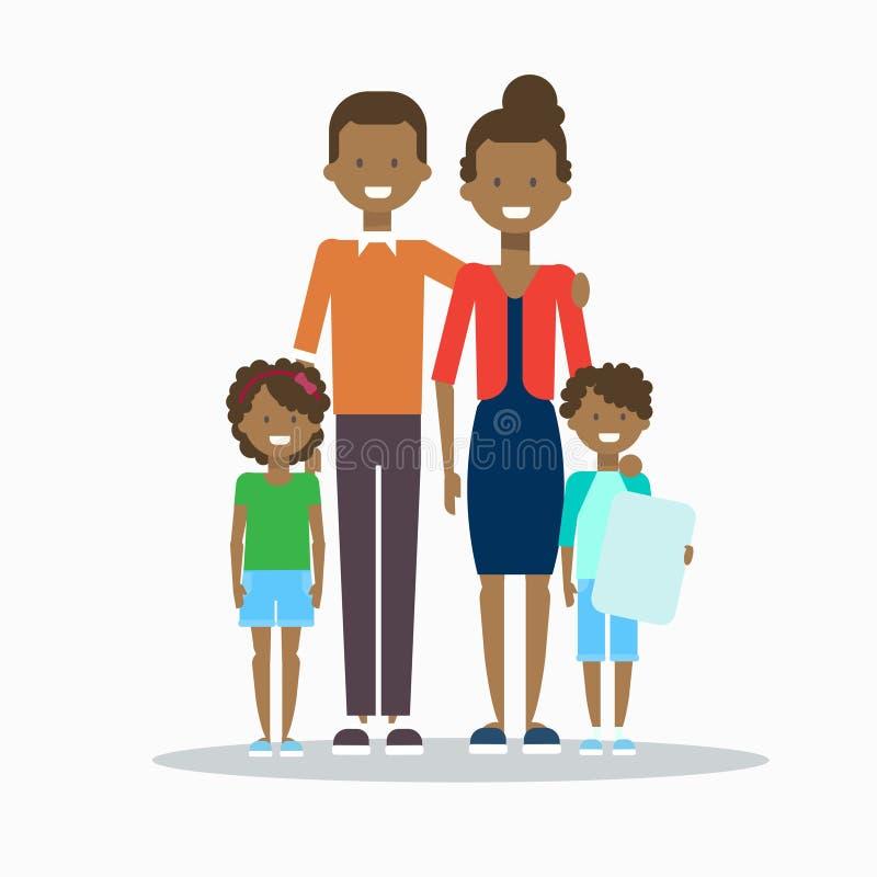 Οικογενειακοί ευτυχείς χαμογελώντας γονείς αφροαμερικάνων το αγκάλιασμα δύο παιδιών που απομονώνεται με ελεύθερη απεικόνιση δικαιώματος