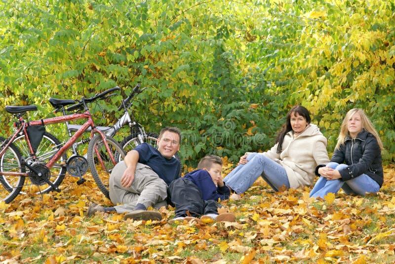 οικογενειακός περίπατος φθινοπώρου στοκ φωτογραφίες