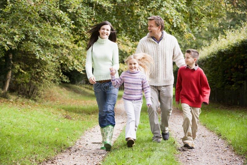 οικογενειακός περίπατ&omic στοκ φωτογραφίες με δικαίωμα ελεύθερης χρήσης