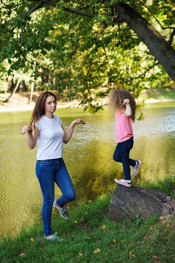 Οικογενειακός χρόνος Μητέρα και κόρη στοκ εικόνα