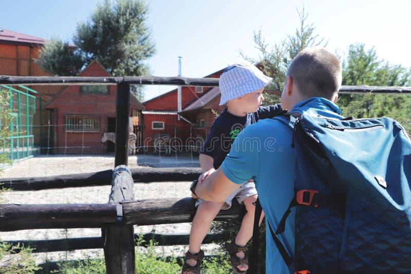 Οικογενειακός χρόνος πατέρων και γιων μαζί στο ζωολογικό κήπο στοκ φωτογραφία