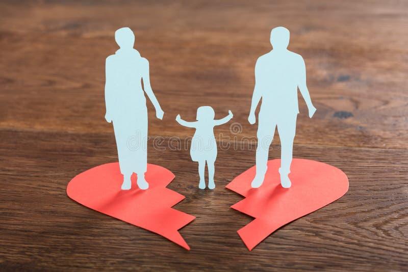 Οικογενειακό έγγραφο που κόβεται στη σπασμένη καρδιά στοκ εικόνα