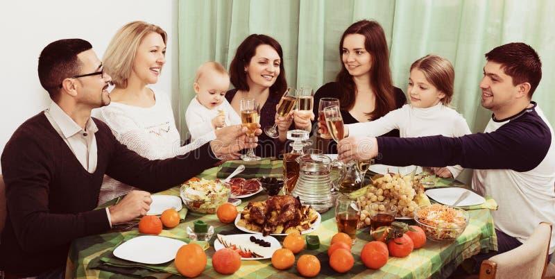 Οικογενειακό γεγονός στον πίνακα στοκ εικόνα